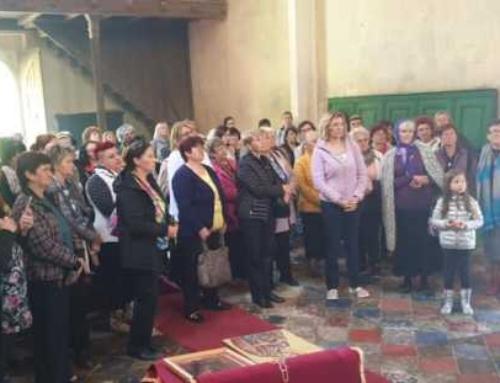 Aktiv žena u posjeti manastiru Svete Ane